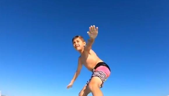 Niño surfista fue derribado de su tabla por un tiburón de tamaño mediano que se cruzó en su camino | Foto: Captura de video / @ShaunMoore