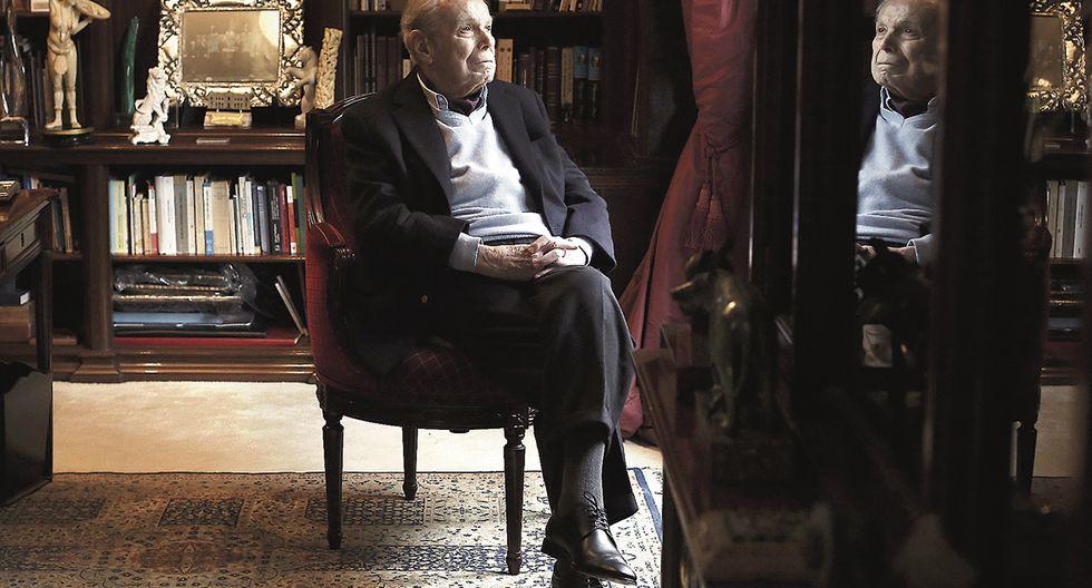 Pérez de Cuéllar en su biblioteca. Aparte de su larga vida como diplomático, también se ha dedicado a la escritura. En 2014 publicó Los Andagoya.