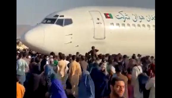 Miles de afganos toman la pista del aeropuerto de Kabul tratando de escapar de Afganistán luego de la caída del país en manos de los talibanes. (Captura de video / Redes sociales).