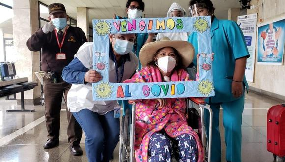 Sus hijos, familiares y amigos más cercanos, la acompañaron en su alta médica. (Foto: Essalud)