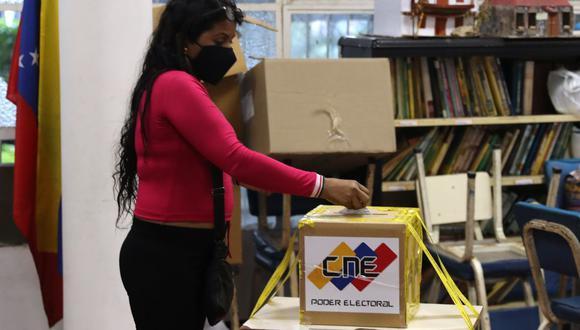 Una mujer vota en el colegio Fermín Toro, centro electoral para civiles y militares, hoy en Caracas (Venezuela). En esta jornada los ciudadanos eligen a los diputados que formarán la Asamblea Nacional (AN, Parlamento). EFE/ Miguel Gutiérrez