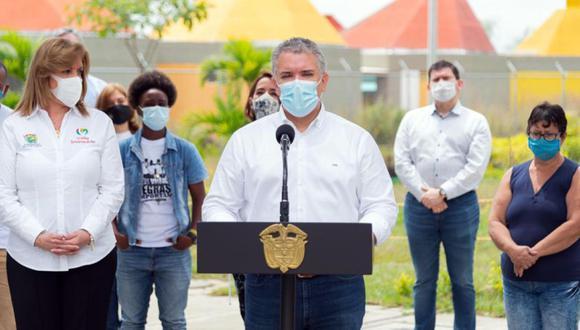El presidente de Colombia Iván Duque (centro), ofrece una declaración junto a la gobernadora del Valle del Cauca Clara Luz Roldán (izquierda) y un grupo de familiares y amigos de los jóvenes asesinados el barrio Llano Verde en Cali (Colombia). (Foto: EFE/ Presidencia de Colombia).