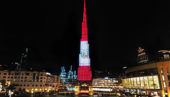 Burj Khalifa: edificio más alto del mundo se ilumina con la bandera del Perú |  Emiratos Árabes Unidos. Foto: Twitter @CancilleriaPeru
