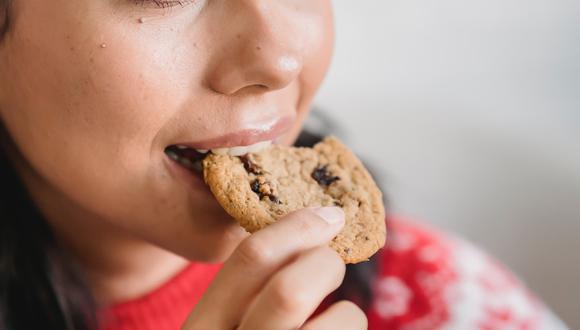 La ansiedad, comer poco y otras causas pueden llevarnos a caer en la tentación de comer entre horas. (Foto: Pexels)