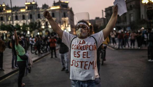 """""""En Perú, en noviembre de 2020, la Defensoría del Pueblo afirmó que la policía intentó reprimir manifestaciones pacíficas en defensa de la democracia como producto del rechazo a la asunción como presidente de Manuel Merino, mediante el uso de la fuerza de manera ilegal, excesiva y arbitraria. Esto dejó más de 100 personas heridas y 2 personas muertas. Además, un gran número de personas fueron detenidas arbitrariamente y otras se encontraron desaparecidas por un tiempo prolongado"""", se indica en el informe de IDEA Internacional. (Foto: EFE)"""