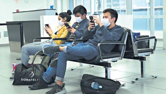 En las salas de embarque, los pasajeros utilizan mascarillas mientras esperan la salida de sus vuelos. (Rolly Reyna / GEC)