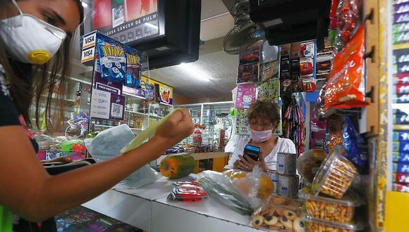 De acuerdo al reporte de Zum, el 26% de bodegas limeñas hace delivery y ya han empezado a aceptar otros medios de pago. Si bien el pago por tarjeta aún es un 18%, un 30% ya realiza transacciones a través de billeteras móviles (Yape). Tendencias que este 2021 solo se acentuarán.. (Foto: Alessandro Currarino / GEC)