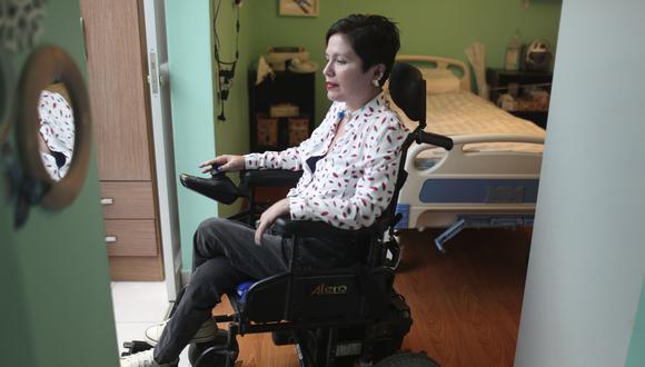 Ana Estrada, es una psicóloga que desde hace 30 años padece polimiositis, una enfermedad degenerativa que le ha ido paralizando los músculos de todo el cuerpo y que la ha hecho dependiente de un respirador artificial y del cuidado constante de especialistas médicos. Ella viene haciendo una cruzada en favor de la muerte digna, desde que su caso se hizo conocido en el 2019) (Foto: AP/Martín Mejía)