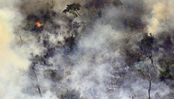 Imagen aérea que muestra el humo de un tramo de fuego de dos kilómetros de largo que sale de la selva amazónica a unos 65 km de Porto Velho, en el estado de Rondonia, en el norte de Brasil. (Foto: AFP)