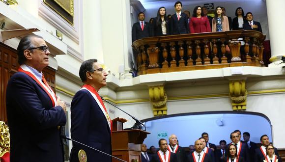Los titulares del Legislativo, Pedro Olaechea (en primer término), y del Ejecutivo, Martín Vizcarra, entonan el himno nacional en el pleno del Parlamento, el pasado 28 de julio. (Foto: Congreso).