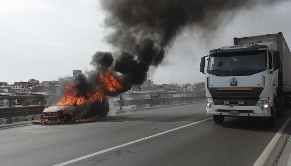 Por ahora, se espera que la emergencia sea controlada en su totalidad para el retiro correspondiente de la unidad consumida por las llamas. Foto: Anthony Niño de Guzmán /@photo.gec