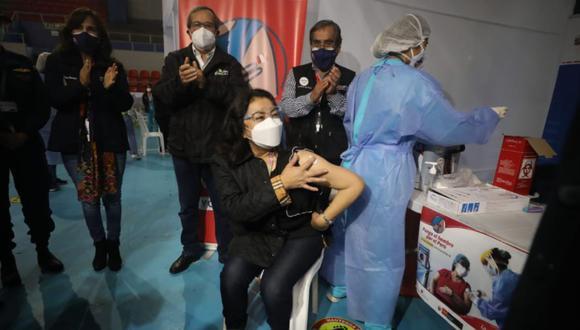 La presidenta del Consejo de Ministros, Violeta Bermúdez, recibió la primera dosis de la vacuna contra la COVID-19 en Miraflores   Foto: Britanie Arroyo/@photo.gec