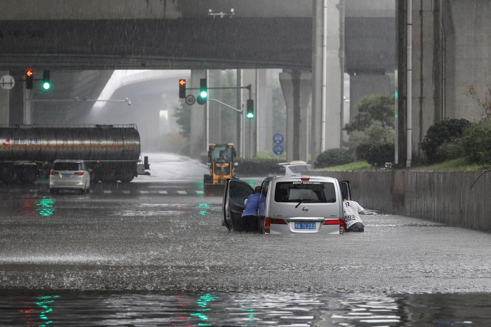 Troops are conducting rescue operations in the city, which has a population of more than 10 million, where it rained in three days, equivalent to an average of one year.  (Photo: STR / AFP).