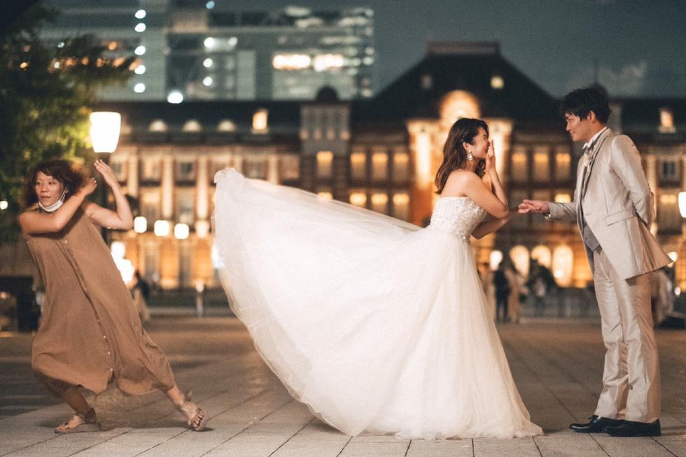 FOTO 1 DE 3   Para lograr que el vestido de la noviaa se levantara no se utilizó ni ventiladores ni se dependió de los fuertes vientos sino de una mujer.   Crédito: @0321Haichiizu / Twitter. (Desliza hacia arriba para ver más fotos)