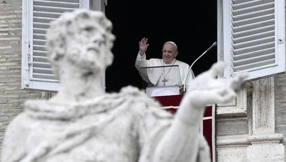 En esta foto de archivo tomada el 2 de mayo de 2021, el Papa Francisco entrega su bendición desde la ventana de su estudio con vista a la Plaza de San Pedro, en el Vaticano, durante la oración del Ángelus. (Filippo MONTEFORTE / AFP).