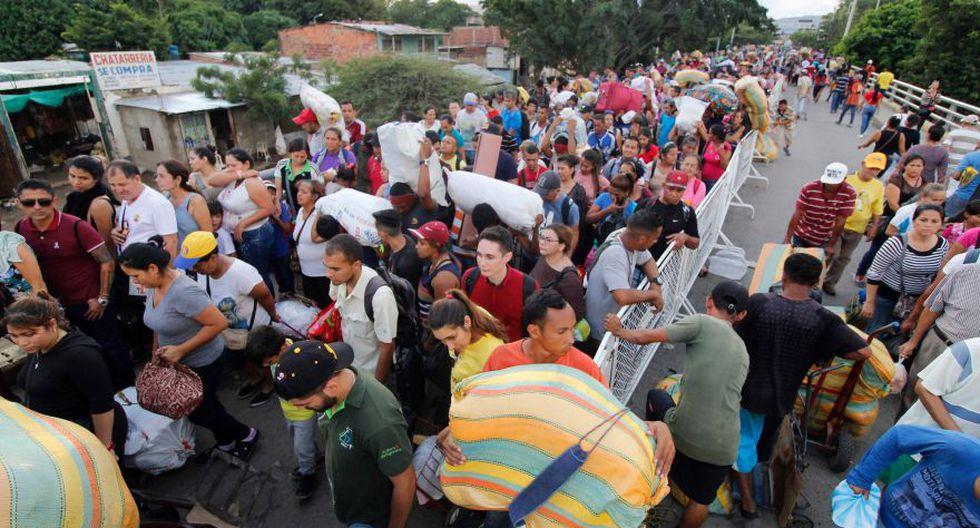 Los venezolanos se paran en el puente internacional Simón Bolívar en la frontera con Venezuela, en Cúcuta, Colombia, el 19 de noviembre. (Foto: Archivo/AFP).