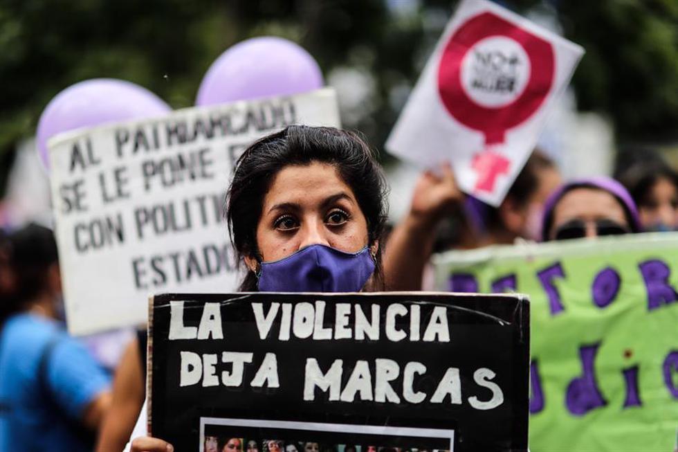 El movimiento Ni Una Menos se manifiesta frente al Palacio de Tribunales hoy, miércoles para exigir medidas contra la violencia machista y los feminicidios, tras el asesinato de la joven Úrsula Bahillo, quien había denunciado en varias ocasiones a su pareja, en Buenos Aires. (Foto: EFE/Juan Ignacio Roncoroni)