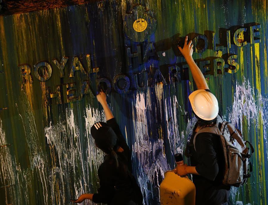 Como culminación de la protesta, los manifestantes desplegaron un camión cisterna lleno de agua y, armados con pistolas de agua, regaron y arrojaron pintura a las verjas del cuartel general y a los policías apostados tras ellas, como venganza simbólica por los hechos de la víspera. (Foto: EFE/EPA/DIEGO AZUBEL)