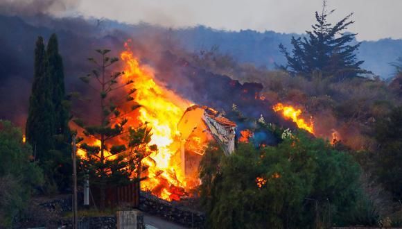La lava del volcán Cumbre Vieja destruye una casa en La Palma. (REUTERS/Borja Suarez).