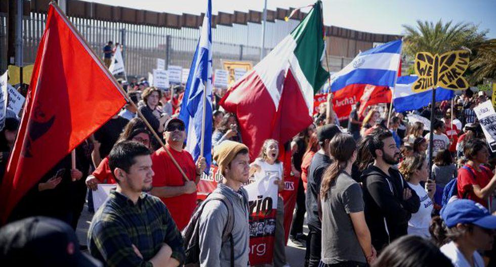 Manifestantes marchan a lo largo de la frontera de Estados Unidos y México durante una manifestación para mostrar solidaridad con la caravana de migrantes. (Foto: AFP)