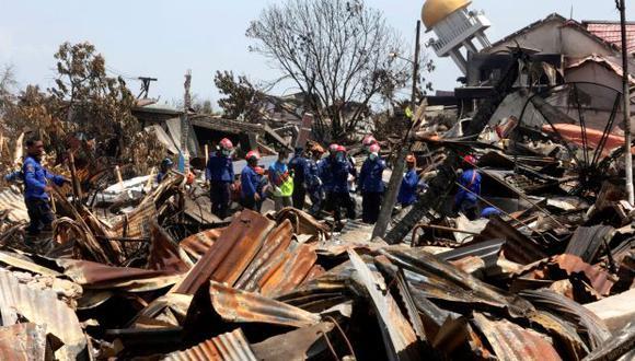 Bomberos trabajan en la búsqueda de víctimas tras el terremoto y posterior tsunami en las calles de Palu (Indonesia). (Foto: EFE)