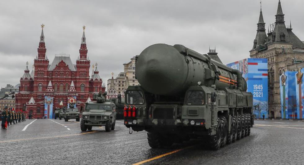El lanzador de misiles balísticos intercontinentales Russian Yars participa en el desfile militar del Día de la Victoria en la Plaza Roja de Moscú, Rusia. (EFE / EPA / YURI KOCHETKOV).