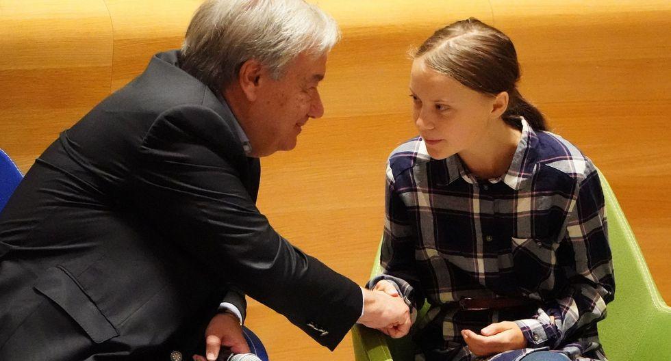 Greta Thunberg estrecha la mano del secretario general de la ONU António Guterres. (Reuters).