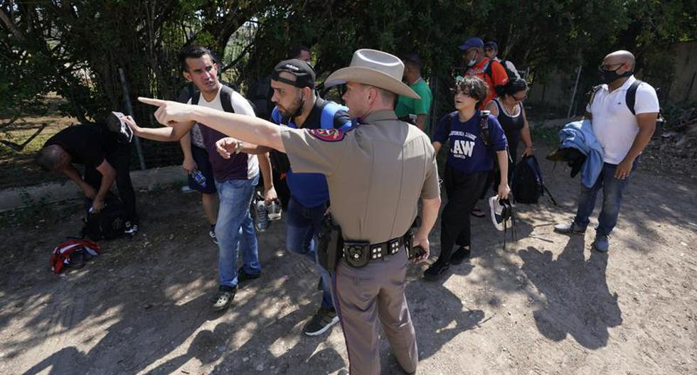 US government sues Texas for stopping vehicles with migrants