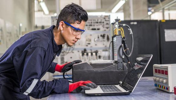 """""""[Los jóvenes] se encuentran con un mercado que requiere de otras habilidades, como aquellas relacionadas con la Educación Superior Técnico-Productiva (ESTP)"""", indica Molina."""