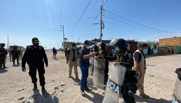 El ministró saludando a los agente del orden por su trabajo para mantener despejada la carretera Panamericana Sur. (Foto: Mininter)
