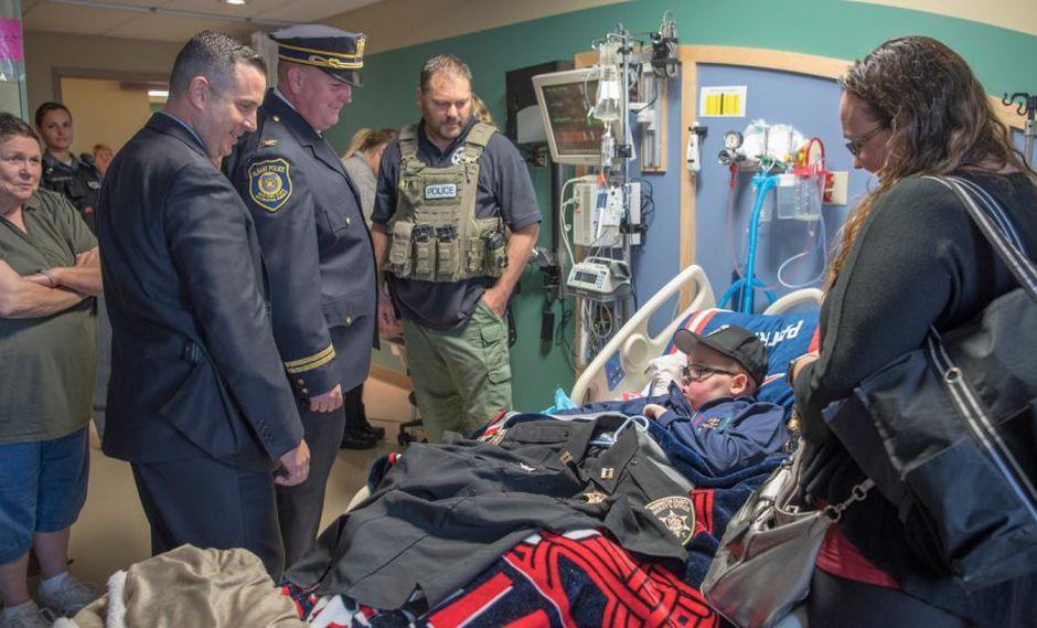 Policías estadounidenses tuvieron un hermoso gesto con un niño de 11 años que padece cáncer cerebral | Foto: Facebook / Albany Police Department