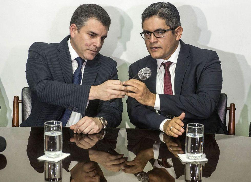 Los fiscales Rafael Vela y José Domingo Pérez, integrantes del equipo especial Lava Jato, viajarán a Brasil. (Foto: AFP)
