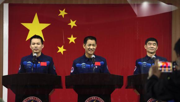 Los astronautas chinos, Tang Hongbo, Nie Haisheng y Liu Boming, saludan en una conferencia de prensa en el Centro de Lanzamiento de Satélites de Jiuquan antes del lanzamiento de Shenzhou-12. (AP / Ng Han Guan)