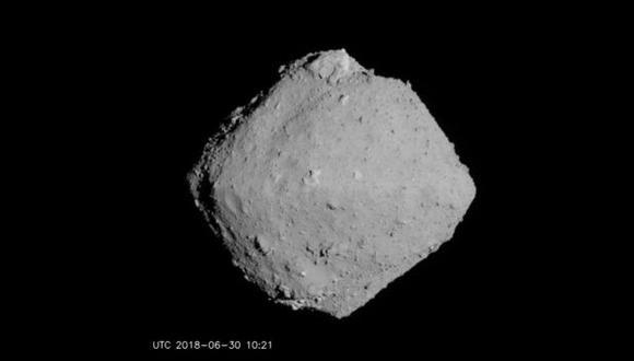 Asteroide Ryugu fotografiado desde una distancia de aproximadamente 20 kilómetro. Se ve gris y suave, pero un primer plano proporciona más color.(Foto: JAXA)