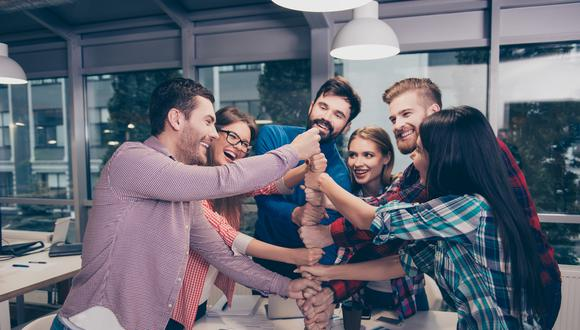 El 74% de los encuestados afirmó que realiza actividades con sus compañeros de trabajo fuera del ámbito laboral. (Foto: Bumeran)