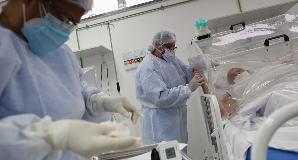 Médicos atienden pacientes de COVID.19 en un hospital de Manaus, Brasil. (Foto: MICHAEL DANTAS / AFP)