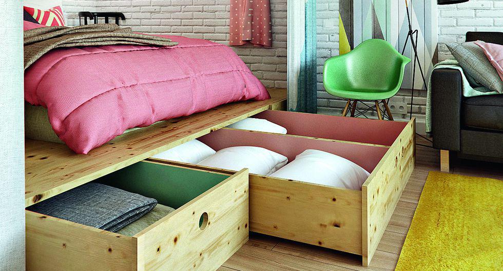 La cama se puso a una altura de 30 cm, para ubicar planchas de pino y cajones. (Espacio de INT2 Architecture, Rusia)