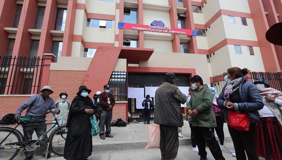 Padres de familia de estudiantes realizan una vigilia en las afueras de la Universidad Pública de El Alto (UPEA). (EFE/Martin Alipaz).
