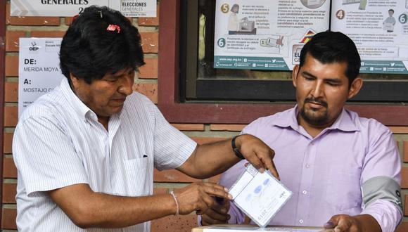 El presidente y candidato presidencial de Bolivia, Evo Morales, deposita su voto durante las elecciones del 20 de octubre de 2019. (AIZAR RALDES / AFP).