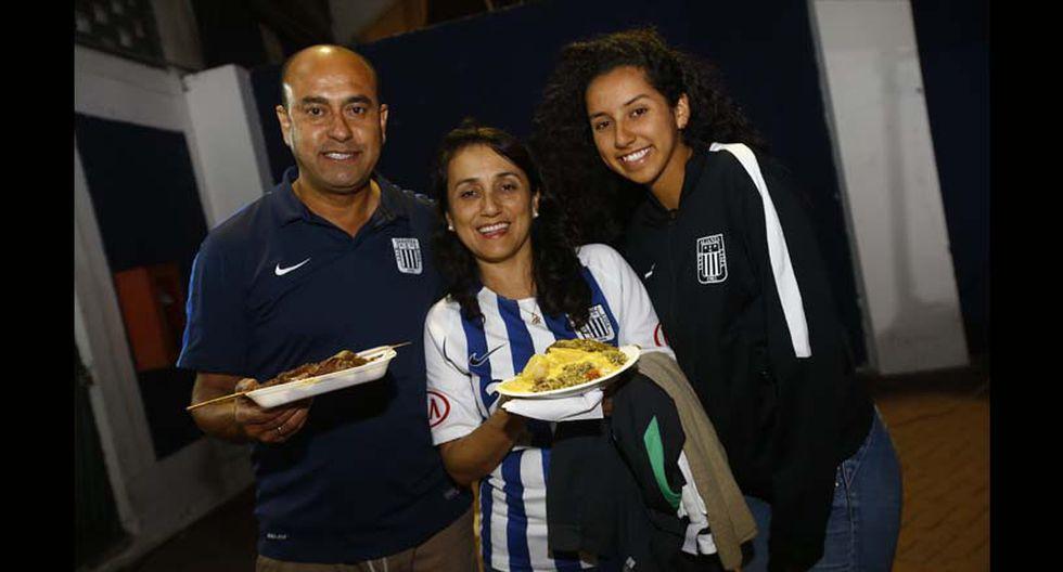 Los hinchas blanquiazules llegan en familia a Matute para disfrutar del fútbol y de la gastronomía. (Foto: Francisco Neyra/ El Comercio)