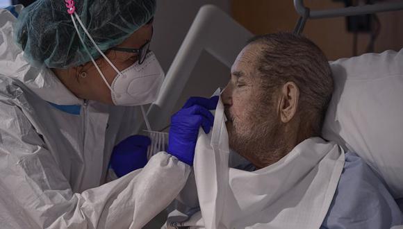 Una médica atiende a Manuel Padiel, enfermo de coronavirus COVID-19, en el Hospital San Juan de Dios, en Pamplona, España, el 8 de febrero de 2021. (AP Foto/Alvaro Barrientos).
