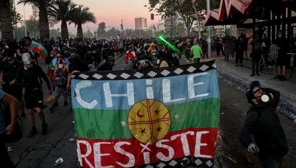 En las protestas de 2019, las de este 2020 y en las celebraciones tras el plebiscito en Chile, la bandera de los mapuches, la Wenüfoye, fue protagonista. (Foto referencial: AP)