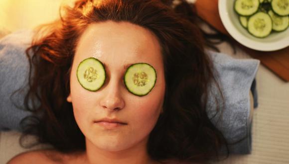El truco de belleza con pepino más famoso de todos es ponerlo en los ojos para eliminar ojeras y bolsas. (Foto: Pexels / breakingpic)