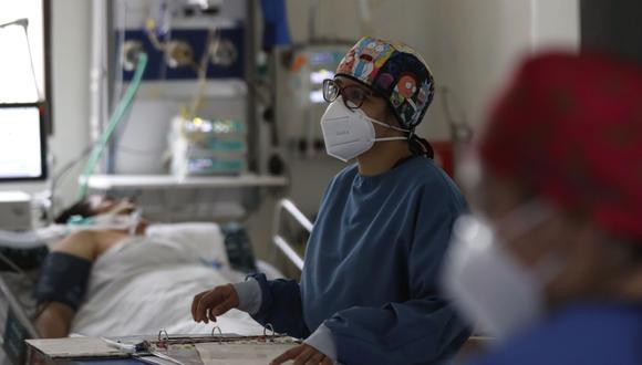 Imagen referencial. Personal médico atiende a un enfermo en una unidad de cuidado intensivo NO COVID del Hospital El Tunal, el 17 de enero de 2021 de en Bogotá (Colombia).(EFE/ Mauricio Dueñas Castañeda).