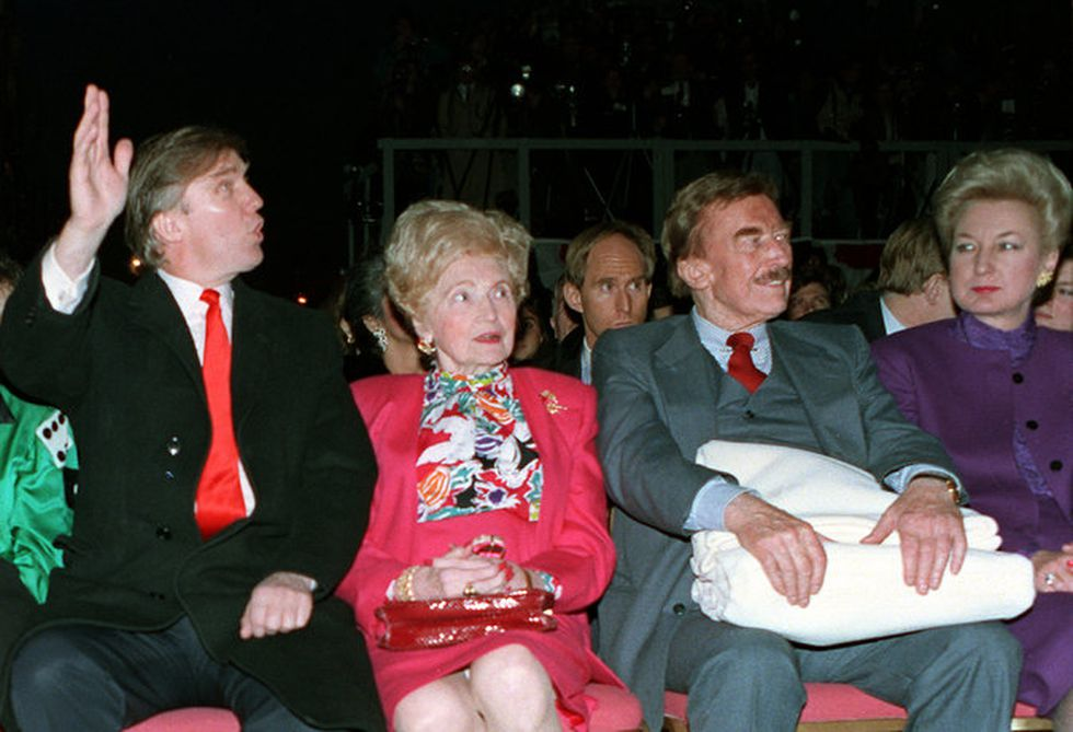 Trump junto a su madre, Mary, en su Taj Mahal Casino Resort en 1990. (Charles Rex Arbogast/Associated Press).
