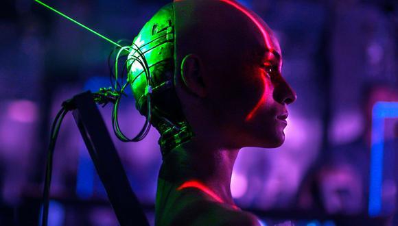 """""""Mejores que nosotros"""" es la primera producción rusa adquirida por Netflix. La historia se sitúa en 2029 con androides que sirven a los humanos, hasta la creación de Arisa."""
