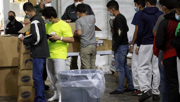 Esta foto de la Oficina de Aduanas y Protección Fronteriza de Estados Unidos Publicada el 23 de marzo de 2021 muestra a los menores migrantes en las instalaciones de procesamiento temporal en Donna, en Texas. (AFP).