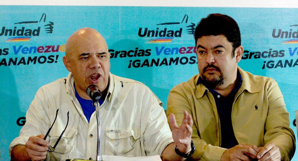 Roberto Marrero (a la derecha), jefe de despacho de juan Guaidó, en una imagen del 8 de diciembre del 2015. (AFP).