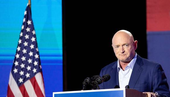 El demócrata Mark Kelly habla con sus partidarios en el Hotel Congress. (Courtney Pedroza/AFP).