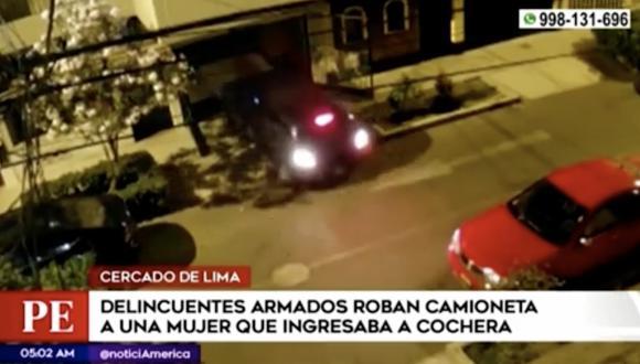 Se escucharon dos disparos dentro de la cochera y gritos que serían de la víctima, y después los dos ladrones salen de la vivienda a bordo de la camioneta. Foto: Captura de pantalla